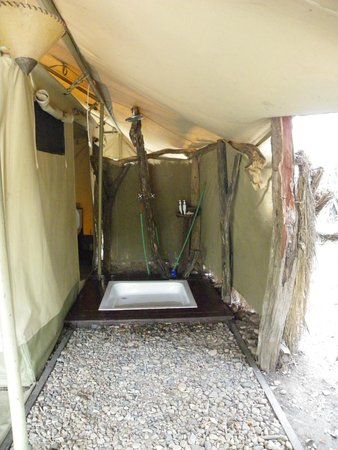 Mara Ngenche Safari Camp: Outside shower but there is a bath inside also