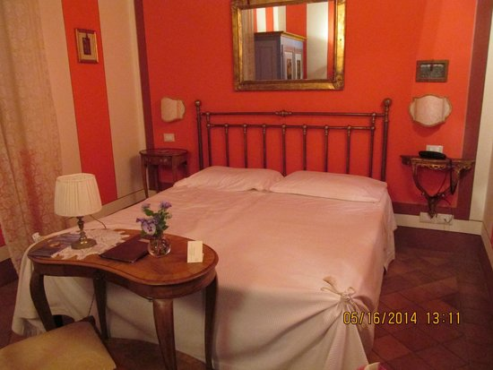Albergo Il Rondo: Our beautifully appointed room.