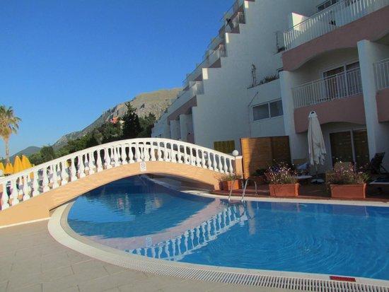 Sunshine Corfu Hotel & Spa: Petit pont sur piscine calme