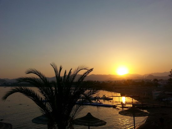 Le Royale Sharm El Sheikh, a Sonesta Collection Luxury Resort : sunset over naama bay