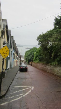 eCoach Shore Tours: Narrow street down to the pier in Cobh