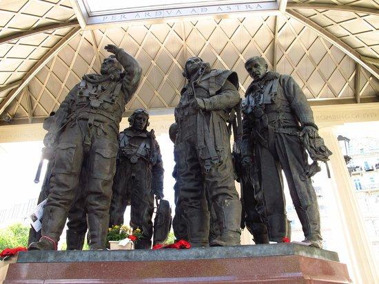 Bomber Command Memorial: Lifelike Bronze status