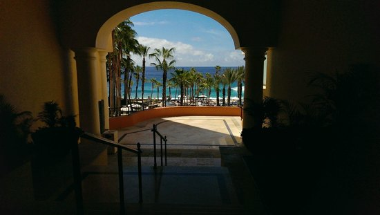 Hilton Los Cabos Beach & Golf Resort : View of beach from lobby area