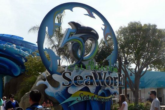 SeaWorld San Diego : The front entrance. Prepaid tickets get in faster.