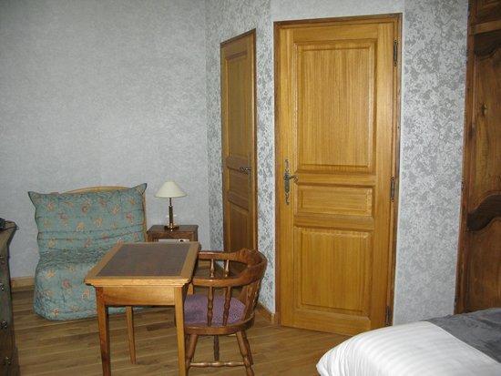 Hotel La Montagne Fleurie : aperçu de la chambre avec portes donnant sur SDB et WC
