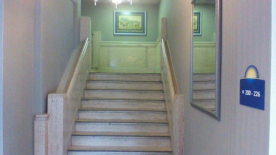 Days Inn Toronto East Beaches: Main Lobby Stair Case