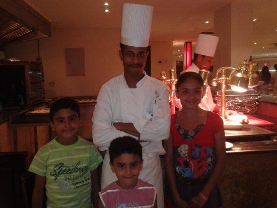 Hilton Hurghada Long Beach Resort: سلمى واحمد وعمر مع الشيف أشرف محمد