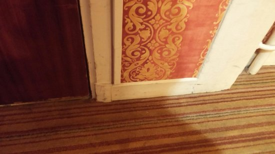 Hôtel Trianon Rive Gauche : Old paintwork on skirting