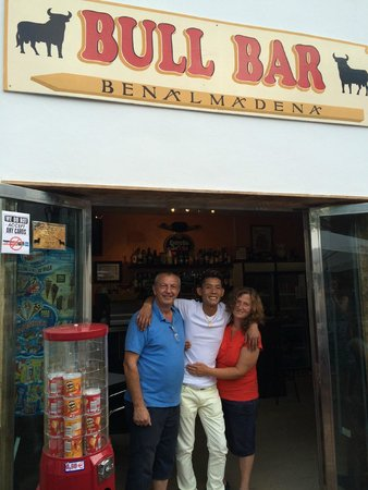The Bull Bar Benalmádena : The host Pam, Phil and staff