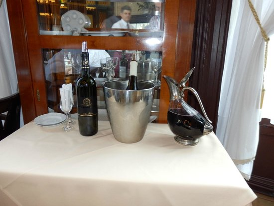 Múzeum Cafe and Restaurant : How the wine is served