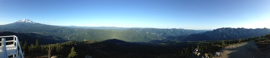 Dunsmuir, Californië: Panoramic of Castle Crags AND Mt. Shasta from Mt. Bradley