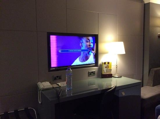 DoubleTree by Hilton Hotel Bristol City Centre: tv and desk