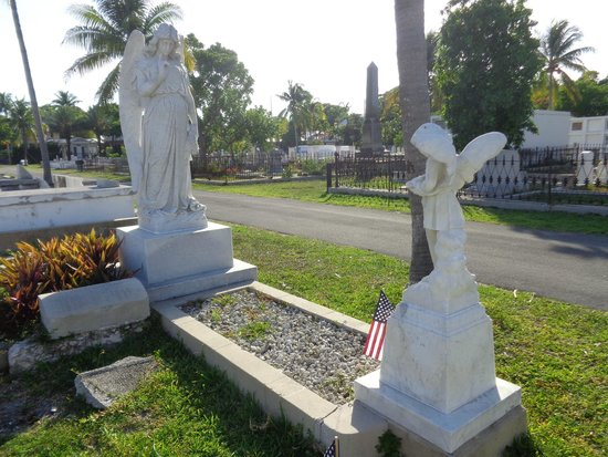 Key West Cemetery: Lovely Angel statues