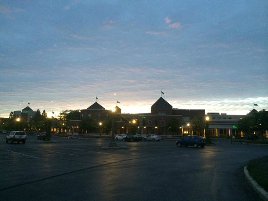 Inn on Woodlake: Shopping center nearby at night