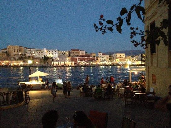 Yakinthos Hotel: Chania at night
