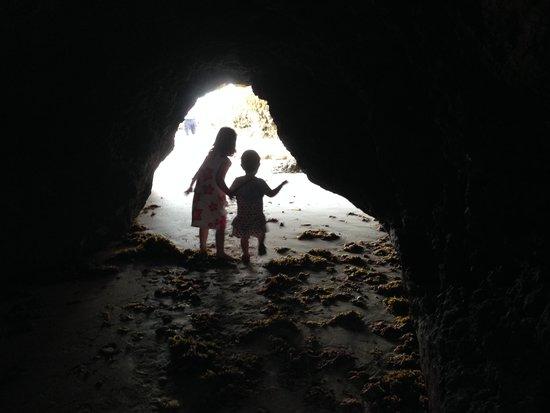 Quinta Pedra dos Bicos : Caves at the beach