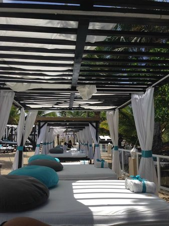 Presidential Suites A Lifestyle Holidays Vacation Resort : canopy beds at VIP Beach