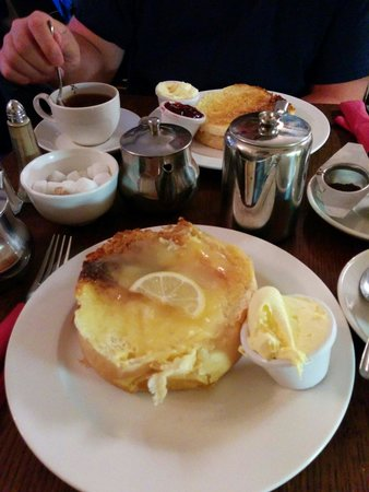 Sally Lunn's Historic Eating House & Museum: Bunn with lemoncurd.
