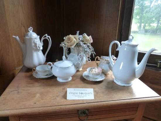 Black Swan Inn Bed and Breakfast: tea table decor