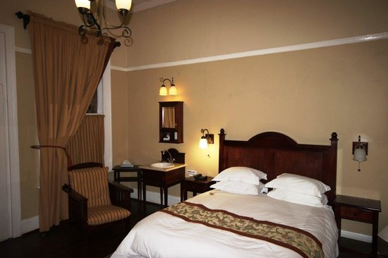 Kimberley Club: Period detail bedroom