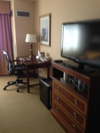 Radisson Hotel Nashville Airport: Desk/TV