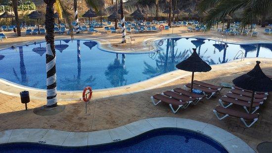 Holiday Palace: Piscina vista desde la entrada al Hotel