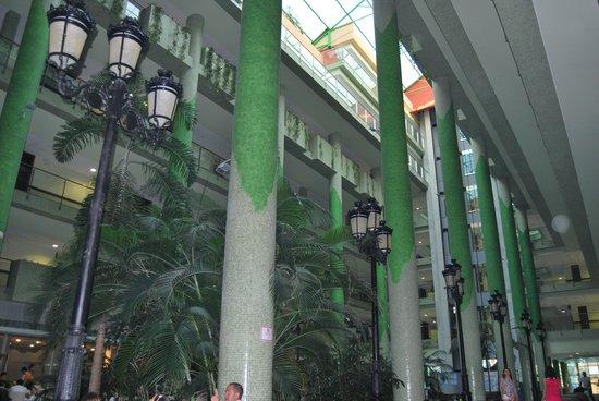 Holiday Palace: Interior del Hotel, jardin precioso
