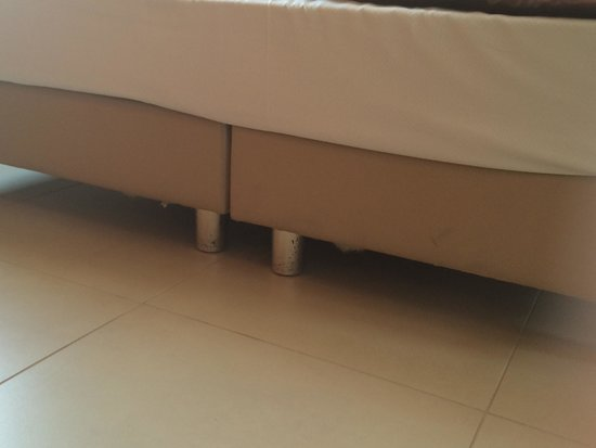 Hotel Tiber Fiumicino: Сломанные ножки кровати