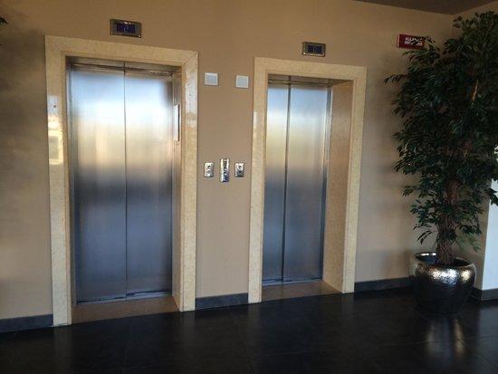 Hotel Tiber Fiumicino: Один лифт работает только на подъем в бассейн