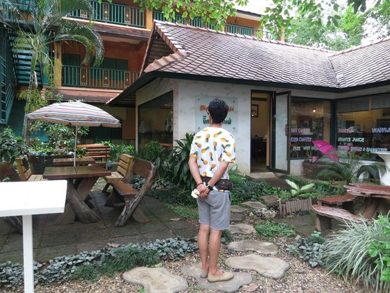 Sabaidee Chiang Mai Hotel: Garden area leading to the restaurant