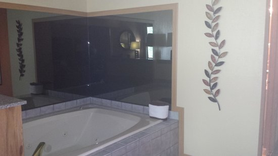Heartland Inn - Coralville : Jacuzzi tub in rm 234