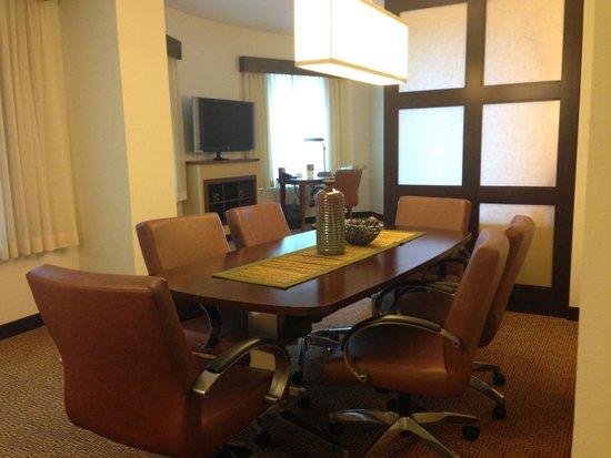 Hyatt Place West Palm Beach Downtown: I felt like having a meeting (Room 213)