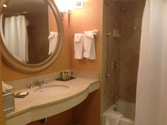 Hilton Columbus at Easton: Bathroom (king)