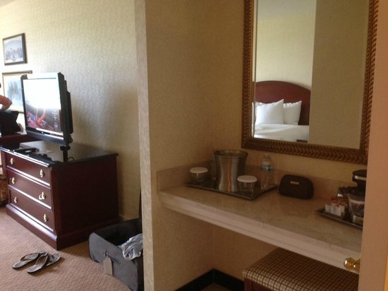 Hilton Columbus at Easton: Vanity and television (king)