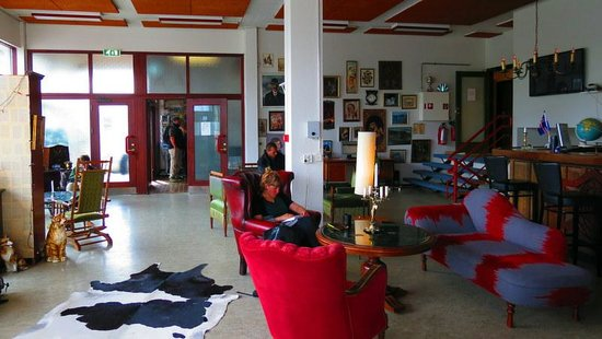 Bus Hostel Reykjavik: Common area. Super spacious and makes you feel very at home!