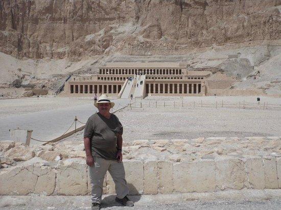 Totentempel der Hatschepsut im Deir-el-Bahari-Tal: Ervin standing at Hatshepsut Temple