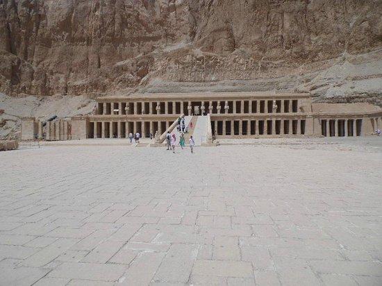 Totentempel der Hatschepsut im Deir-el-Bahari-Tal: View of the temple