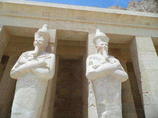 Totentempel der Hatschepsut im Deir-el-Bahari-Tal: statues at temple
