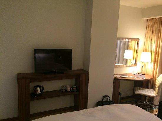 Hampton by Hilton Warsaw City Centre: Small TV and desk