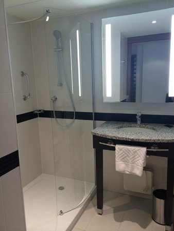 Hampton by Hilton Warsaw City Centre: Adequate sized bathroom with good amenities