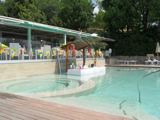 Grand Hotel Nastro Azzurro & Occhio Marino Resort: Staff built this bar in the pool for a Pool Party.