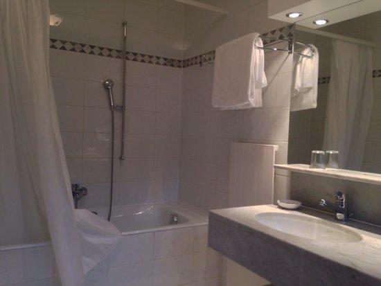 Les Bains de Saillon: Bathroom in Room 315