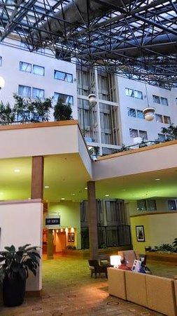 DoubleTree by Hilton Hotel Newark Airport: Lobby of the Newark Airport Hilton