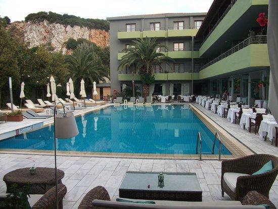 La piscine art swimming pool and rear of front block for Art piscine hotel skiathos