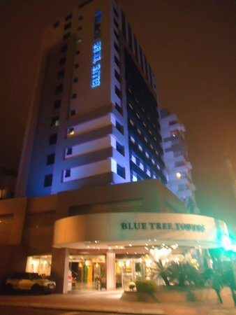 Blue Tree Towers Florianopolis: Fachada do hotel a noite