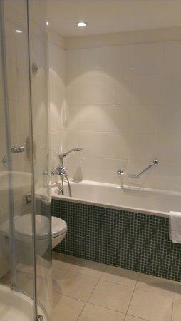 Hilton London Gatwick Airport: Nice bathroom