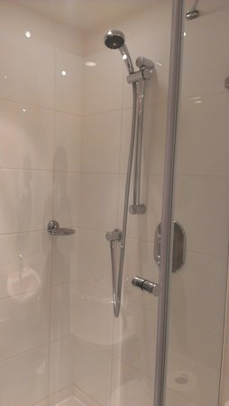 Hilton London Gatwick Airport: Roomy shower but shame about the soap dish