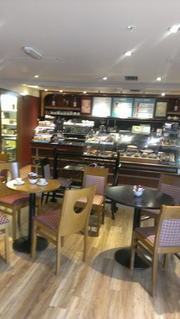 Hilton London Gatwick Airport: Costa Coffee