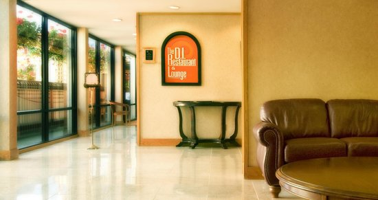 Coast Discovery Inn : Entrance into the D.I. Restaurant & Lounge