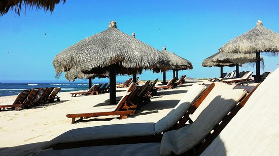 Grand Fiesta Americana Los Cabos All Inclusive Golf & Spa : Plentiful Palapas on the beach early in the day